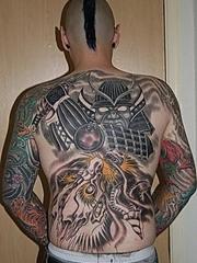 男性后背上个性的日本全胛武士风纹身图案