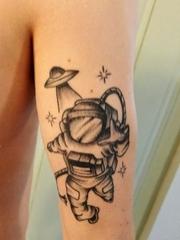 黑色素描纹身宇宙飞船和宇航员人物纹身图片