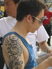 我是歌手明星黄贯中手臂图腾纹身