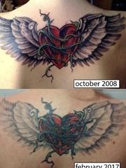 后背上长着黑色翅膀的红色爱心纹身图片