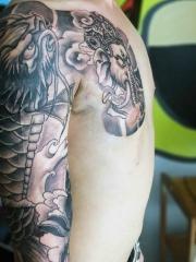 象神浪花鲤鱼结合的半甲纹身女案