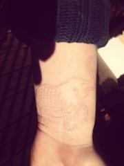 女孩手腕上漂亮的大象鸽子血隐形纹身