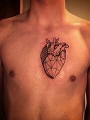 男性胸口上的真实心纹身图片