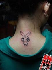 女子后颈部的小兔子刺青图案