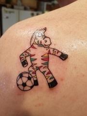 左肩背上幸运的彩色斑马纹身动物图案纹身