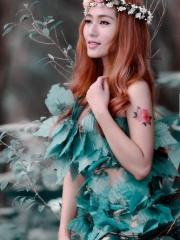 美女手臂上一朵彩绘牡丹花纹身