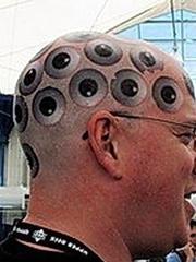 欧美男性头顶的密集眼睛纹身图
