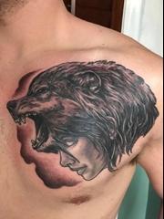 男性左胸部上的狼女孩纹身图片