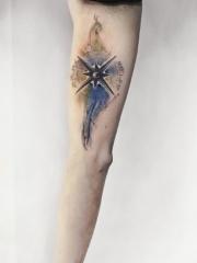 手臂水彩指南针纹身图案