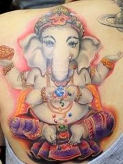 火红珠光宝气的象神纹身图案