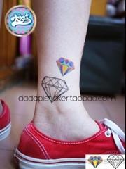 活波女孩腿上闪亮钻石纹身图