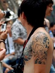 摄影男肩部艺术图腾纹身图案