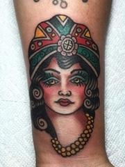 热闹的传统美女纹身图案来自迈克·苏亚雷斯