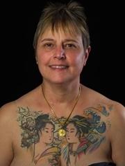国外女子胸部的日本艺妓纹身图