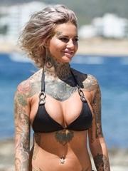 欧美真人秀明星Jemma Lucy和她的胸口豹头纹身
