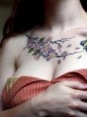 美女胸部花蕊和小鸟彩绘纹身图案