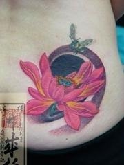 腰部蜜蜂和红色荷花纹身图案-日本黄炎刺青作品