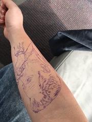 手臂上黑色人物头像纹身线条纹身图片