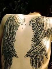 后背部左右两只黑色天使翅膀纹身图