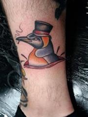 男性脚腕上吸烟的企鹅纹身图片