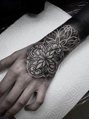 精致的黑色几何装饰风格手前臂纹身图案来自塔拉斯