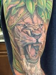 大臂膀上威武的雄狮纹身图案欣赏