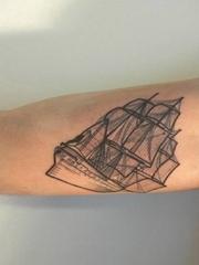 手大臂膀上漂亮的黑灰色帆船纹身图片