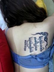 美女背部时尚梵文刺青图案