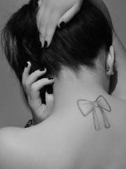 女生颈部后面的漂亮蝴蝶结图片