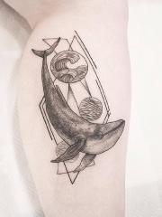腿部简单清新线条几何鲸鱼纹身