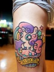 腿部彩色可爱的独角兽纹身图片