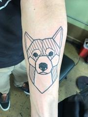 手前臂上可爱的几何图形狗纹身图片