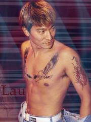 明星刘德华胸部霸气的一对老鹰纹身