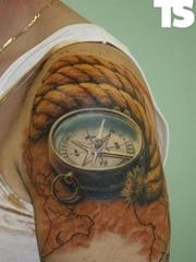 大臂上一款逼真的缰绳指南针纹身图片