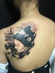 背部漂亮的艺妓纹身图案
