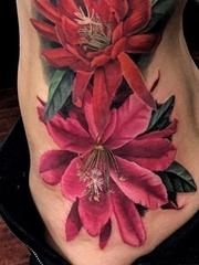 逼真的超现实主义花纹身图案来自纹身师莫拉莱斯