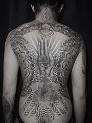 黑色的点刺几何花纹身图案