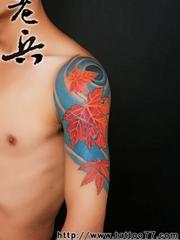 手臂上的火红色枫叶图案