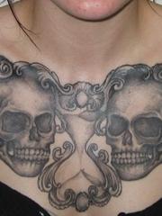 女性满胸霸气的黑灰色骷髅头纹身图片