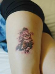 腿部吹着悠扬笛声的象神彩绘纹身图案
