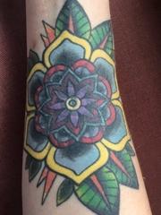 右手前臂上精致的传统风格花朵纹身图片
