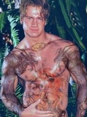 欧美男生胸部彩绘骏马和手臂龙纹身图案