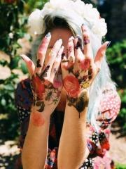 女性手部漂亮的彩色玫瑰花纹身