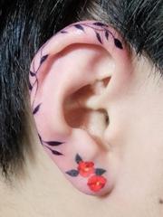 女孩耳垂上漂亮的小清新纹身图案