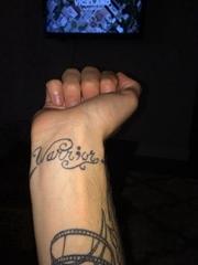 手腕上的英文花体字纹身图片