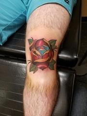 男性膝盖上漂亮的红色玫瑰花朵纹身图案