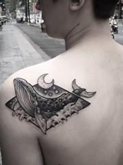 海洋里可爱的小动物纹身黑灰色鲸鱼纹身图案
