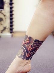 象征着爱情与希望的腿部脚环樱花纹身