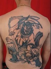 背部黑白钟馗持剑捉鬼纹身图
