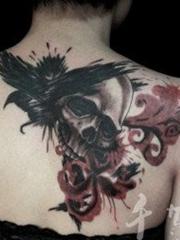 女生背部一张骷髅与彼岸花纹身图案